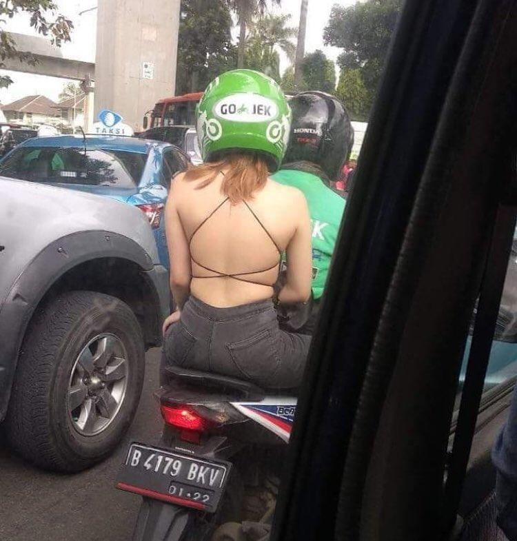 cuma-di-indonesia-10-gaya-nyentrik-emak-emak-naik-motor-yang-bikin-miris-dan-ketawa